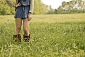 Chica con botas valverde en el cesped