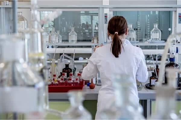 cientifica trabajando