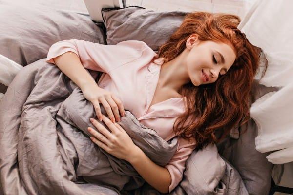 mujer teniendo un sueño lucido